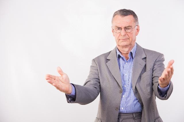 総量規制について語る男性